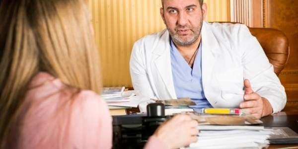 доктор дает рекомендации пациенту