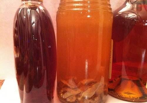 Бутылки с настойкой на струе бобра