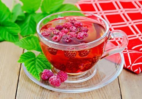 Кружка с малиновым чаем